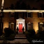 Réalisation d'éclairage de maison avec porte rouge